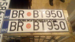 Номер с красной точной на авто